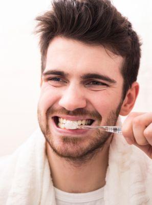 Escova com cerdas macias são as mais recomendadas para os cuidados com a gengiva. Mito ou verdade?