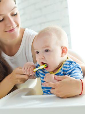 Passo a passo de como fazer a higiene bucal em bebês