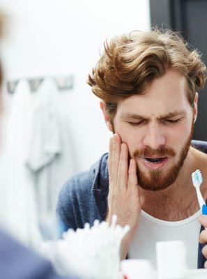 Sinto dor ao escovar os dentes quando estou com aftas: o que fazer?