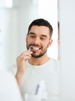 Escovar os dentes e usar o fio dental diariamente quer dizer que estou livre de problemas na gengiva?