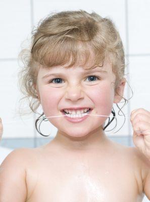 Fio dental na higiene das crianças: como a odontopediatra pode ajudar nesse momento