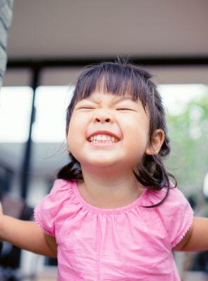 Fio dental de hastes é o mais adequado para a higiene bucal das crianças?