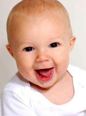 Bebês podem usar creme dental com flúor para a limpeza dos primeiros dentes?