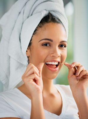 Não tenho o hábito de passar o fio dental, como isso pode afetar minha saúde bucal? Especialista explica e dá dicas de como adotar o ritual