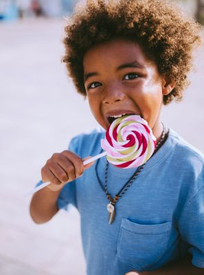 Cárie: o que é, como ela surge, sintomas, tratamentos e como evitar que esse problema bucal afete seu sorriso