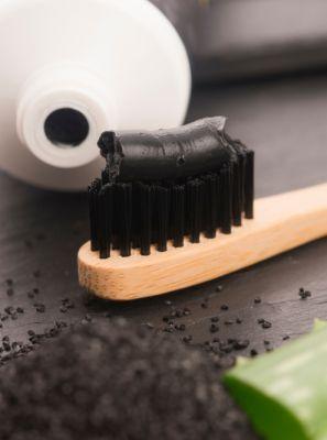 Carvão ativado nos dentes: O uso é seguro? Para que serve?