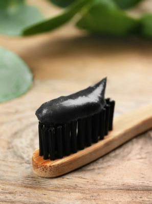 Creme dental clareador com carvão pode ajudar na sensibilidade dentária?