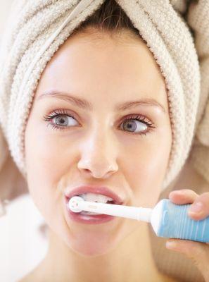 Escova de dentes elétrica machuca a gengiva? Dentista esclarece o  assunto