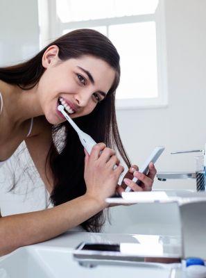 Escova de dentes elétrica é um bom investimento? Dentista lista 8 motivos para investir no acessório de higiene bucal