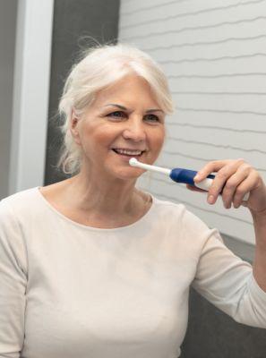 Escova de dentes elétrica para quem tem prótese dentária: quais as vantagens de usar na higiene bucal
