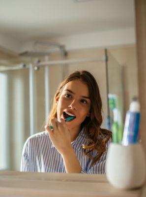 Clareamento dental: usar pasta de dentes com efeito whitening ajuda a manter os dentes brancos por mais tempo?