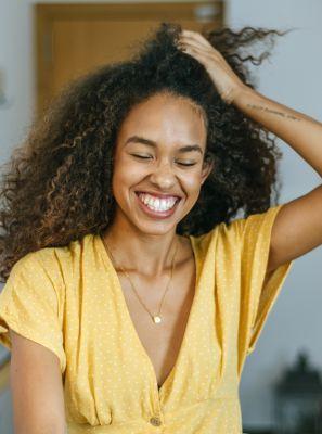 Clareamento dental caseiro funciona? Especialista revela técnicas que devem ser evitadas e qual é a mais segura para alcançar um sorriso branco