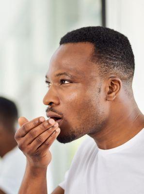 A periodontite pode causar mau hálito? Entenda a relação entre essas duas doenças bucais
