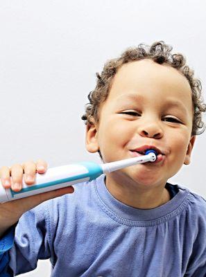 Escova de dentes elétrica: veja 4 vantagens do acessório para higiene bucal infantil