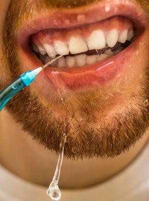 Irrigador dental: o que é? Para que serve? Todo paciente precisa usar? Dentista esclarece as dúvidas