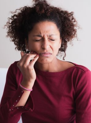 Implante dentário dói? Saiba como é feito o procedimento e os cuidados necessários