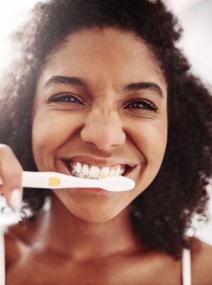 6 problemas por não trocar a escova de dentes a cada 3 meses