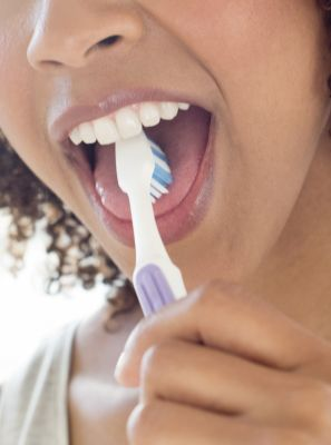 Língua branca: como limpar? Veja os cuidados com a higiene bucal para eliminar o problema