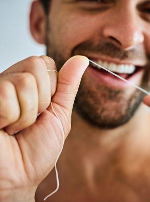 Fio dental ou fita dental: existe diferença? Qual é o melhor produto para limpar entre os dentes?