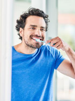 Escova de dentes é tudo igual? Veja as diferenças entre a higiene bucal com o modelo tradicional e elétrico