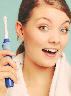 Os benefícios para quem faz uso da escova de dentes elétrica