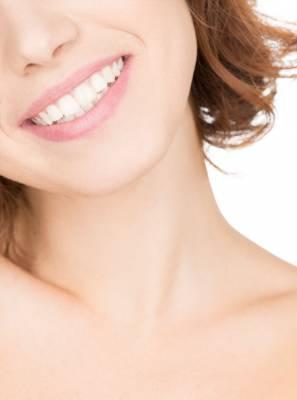 Clareamento dental caseiro é seguro? Saiba os riscos e benefícios