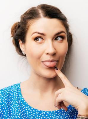 Você limpa a língua durante a higiene bucal? Descubra a importância deste hábito para dar adeus ao mau hálito