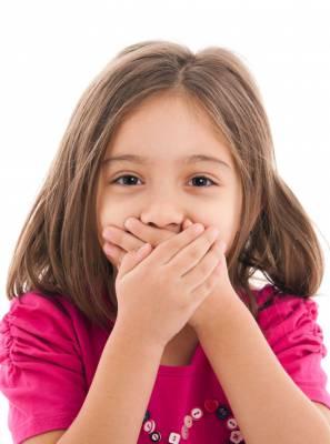 Crianças também podem ter mau hálito? Descubra as causas e como se livrar da halitose infantil