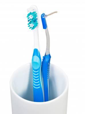 A diferença entre escova interdental e escova ortodôntica: preciso usar as duas?