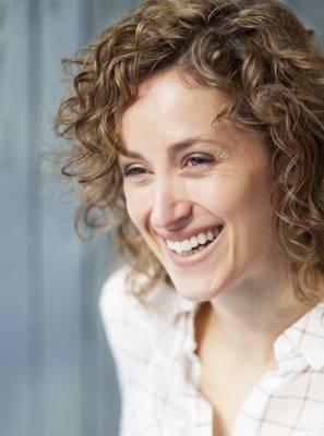 Adolescência, gestação e menopausa: conheça as fases e os cuidados da saúde bucal da mulher