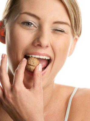 Hábitos aparentemente inofensivos que prejudicam a sua saúde bucal