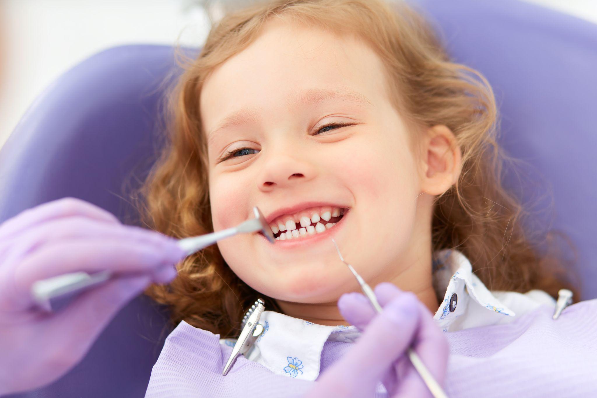 Quando realizar a primeira consulta ao dentista? Como tratar os dentes de leite? Confira as respostas em novo vídeo