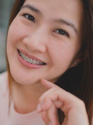 Dentes com aparelho doendo: o que pode ser?