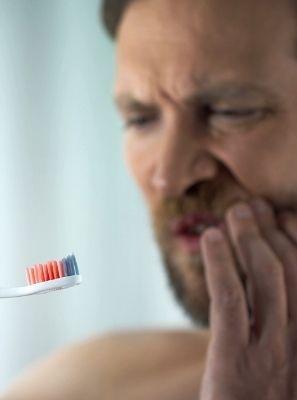 Gengiva sangrando ao escovar os dentes é sinal de gengivite?