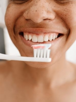 Limpeza dental em casa: escovação apenas resolve?