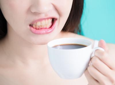A alimentação pode realmente escurecer os dentes?